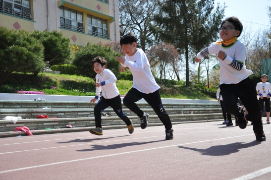 4th grade students race
